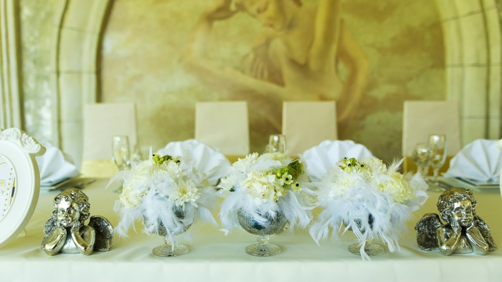 """Hollywood Wedding"". Flowers arrangements for newlyweds table"
