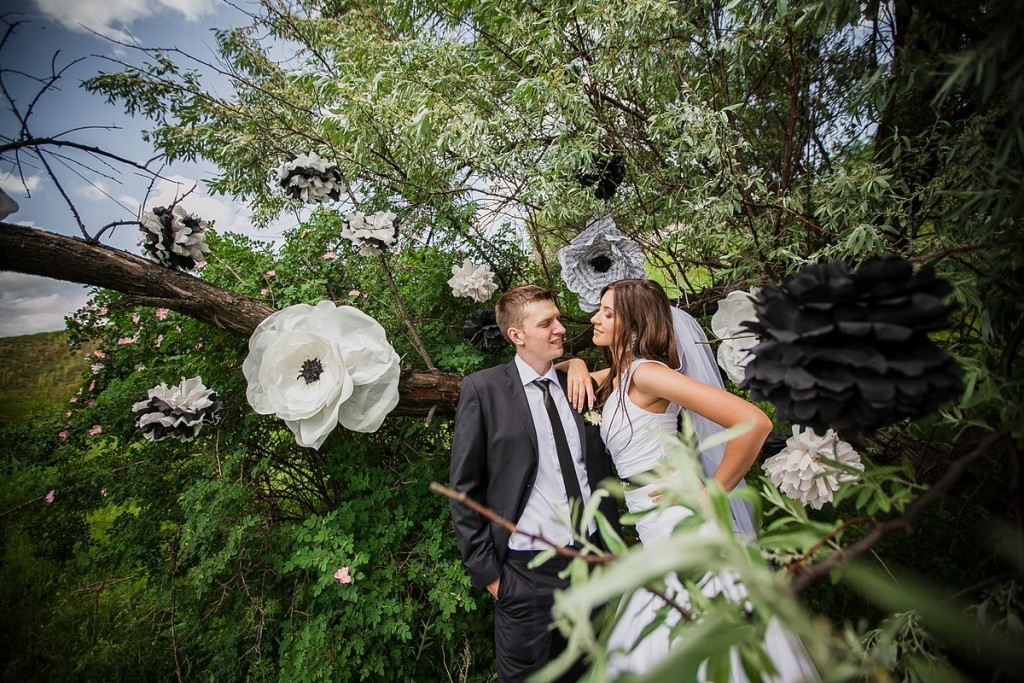 """Black & White Wedding"" photo zone"