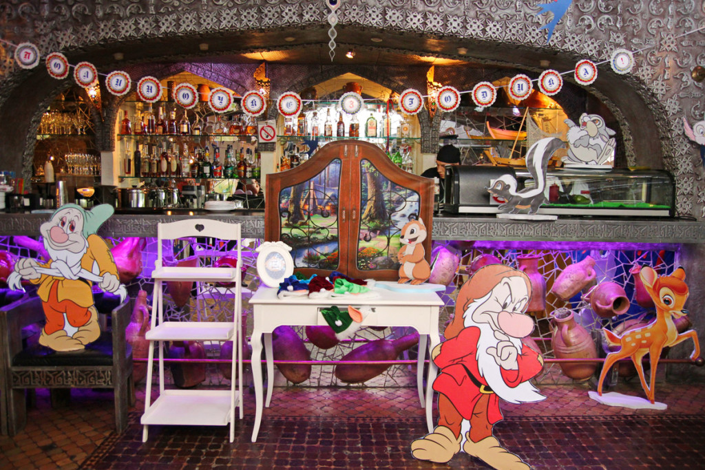 """""""Snowwhite"""" birthday party, table for gifts"""