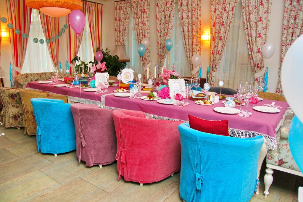 """Alice in Wonderland"" party decorations"