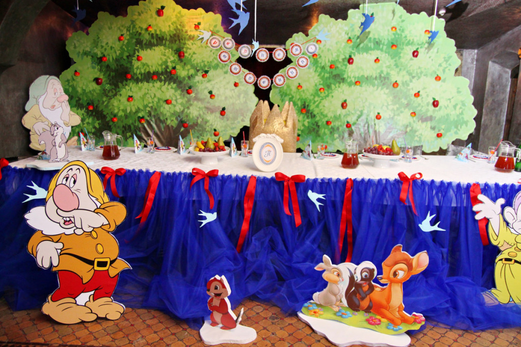 """""""Snowwhite"""" party. Kid's table decorations"""